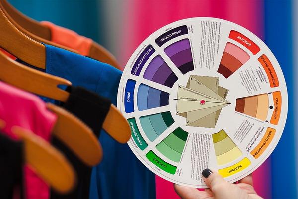 Цветовой круг позволяет комбинировать гардероб согласно основных принципов сочетаемости цветов.