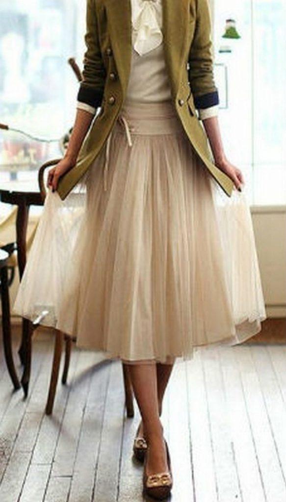 Легкая юбка и легкие балетки – гармоничное дополнение к романтичному образу с милитари жакетом
