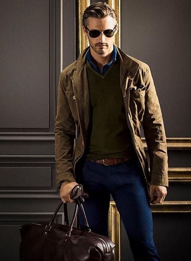 Объемная сумка, плетеный кожаный ремень, стильные солнцезащитные очки и перчатки – элементы создания повседневного мужского аутфита с пиджаком в стиле милитари