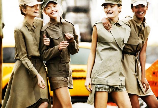 Пиджаки в милитари стиле вновь появились на пике моды в разгар американского военного присутствия во Вьетнаме