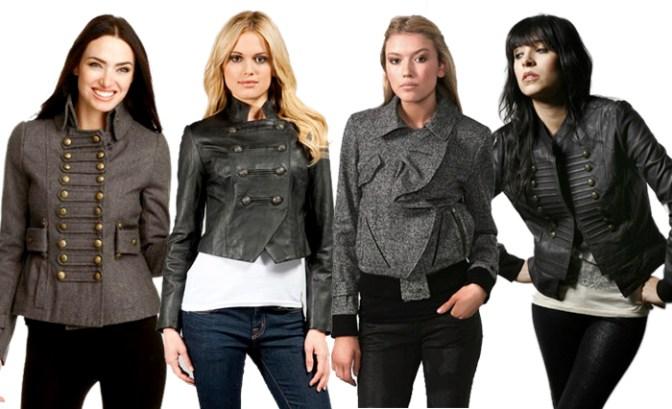 Женская версия жакета милитари отличается элементами стиля, исполненными в более мягкой и элегантной манере – воротник стойка и отложной, ряды пуговиц, накладные карманы