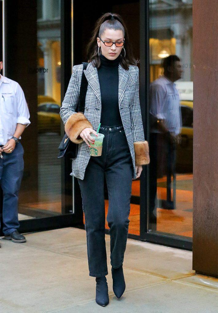 Меховые отвороты на пиджаке - модная новинка сезона, делающая образ смелым и эффектным.