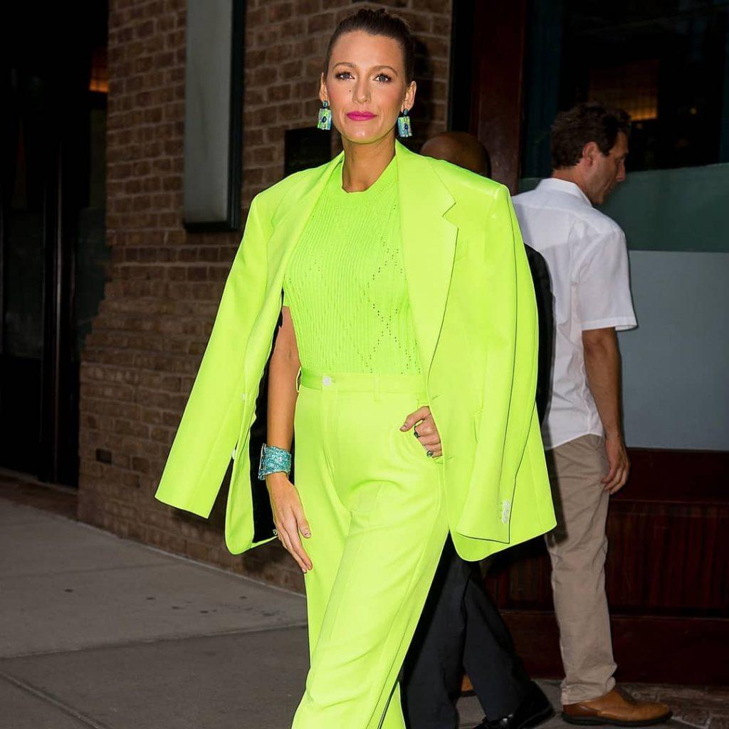 Яркий неоновый костюм в салатовой гамме привлекает внимание и придает образу свежесть.
