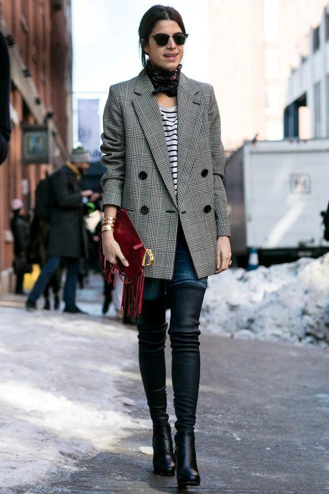 Объемный, серый пиджак с черными леггинсами смотрится изысканно и в то же время эпатажно.