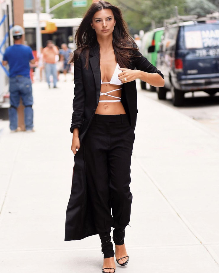 Яркий лук с брюками, затянутыми снизу и удлиненным пиджаком точно не останется незамеченным.
