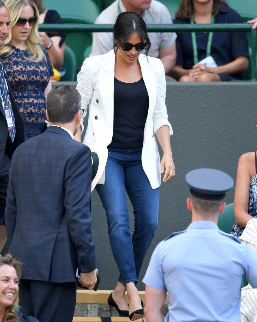 Эффектный выход герцогини Сассекской в джинсах и белом пиджаке - прекрасный образец для подражания.