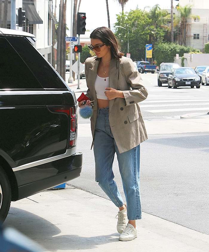 Шикарный лук для повседневной носки с классическим пиджаком и укороченными джинсами.
