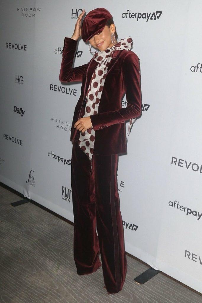Невероятно запоминающийся вельветовый костюм точно станет модной фишкой гардероба.