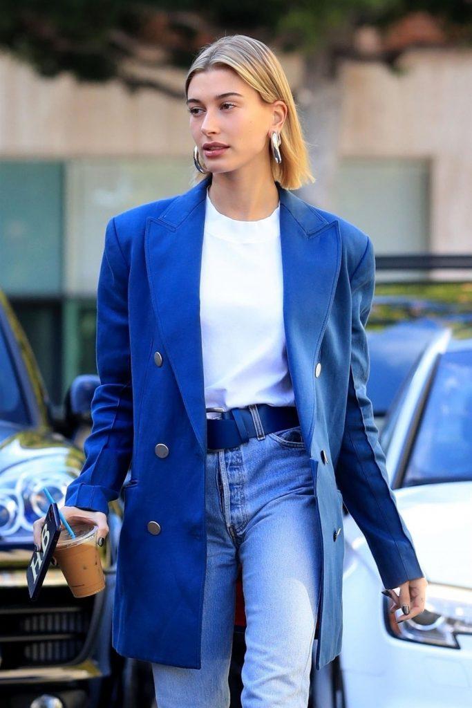 Синий пиджак - базовый элемент гардероба в этот сезоне, особенно круто смотрится с джинсами.