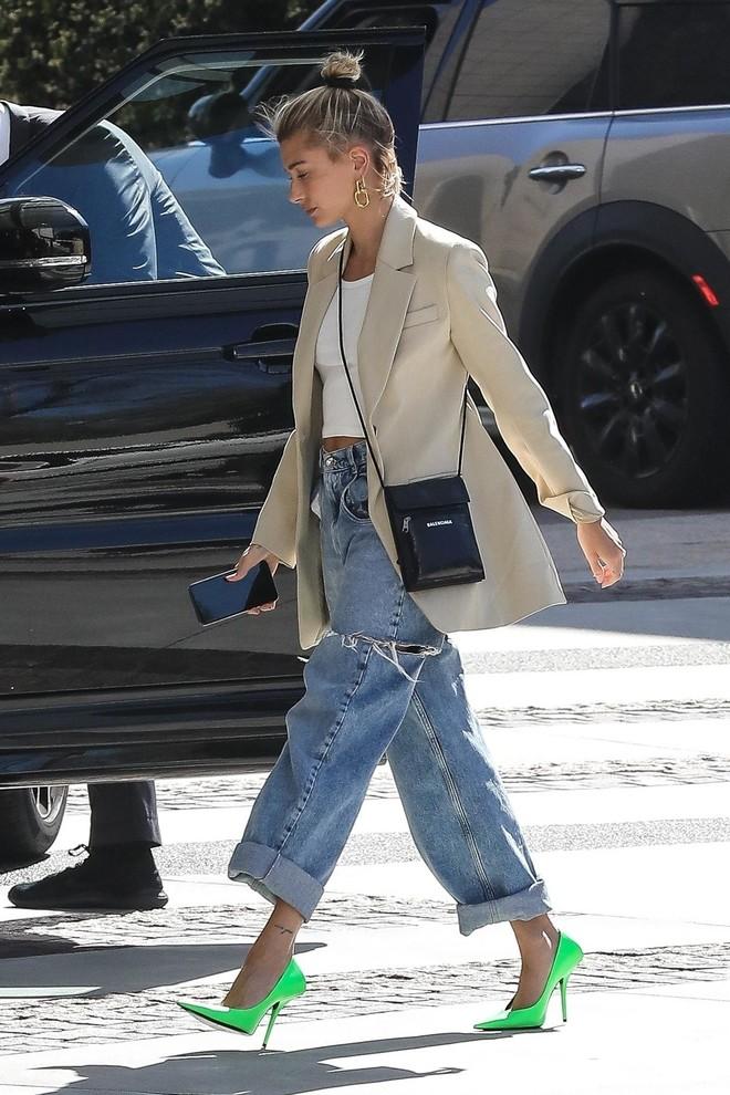 Яркая обувь прекрасно оживляет пастельные ансамбли с бежевым пиджаком.