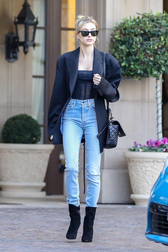 Черный пиджак незаменим в гардеробе, он прекрасно разнообразит повседневный лук с джинсами.
