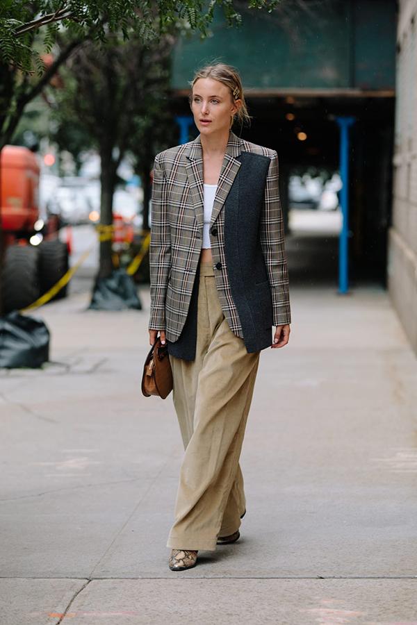 Благородное сочетание в серо-зеленой гамме с удлиненным пиджаком всегда в моде.