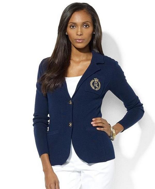 Роскошь сочетания насыщенно-синего пиджака и снежно-белых брюк создает неповторимо стильный аутфит