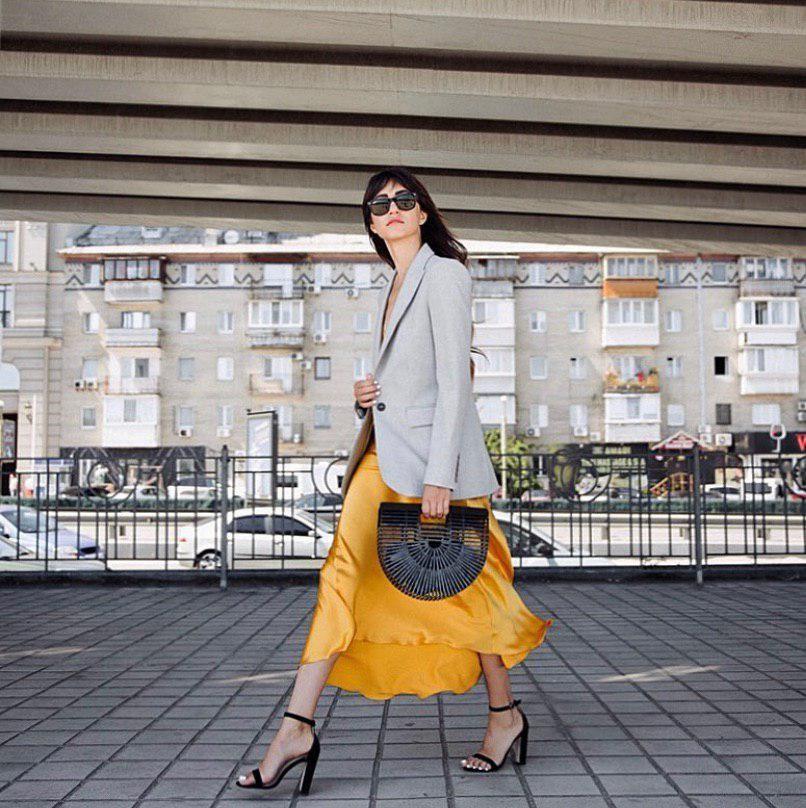 Шерстяные однотонные жакеты и яркие атласные платья – трендовое сочетание для стильного лука
