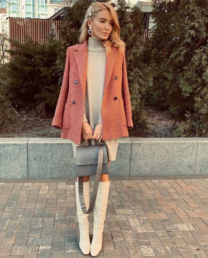Бежевое платье из коттона и длинный пиджак в спокойных тонах – лучший выбор для прохладного времени года