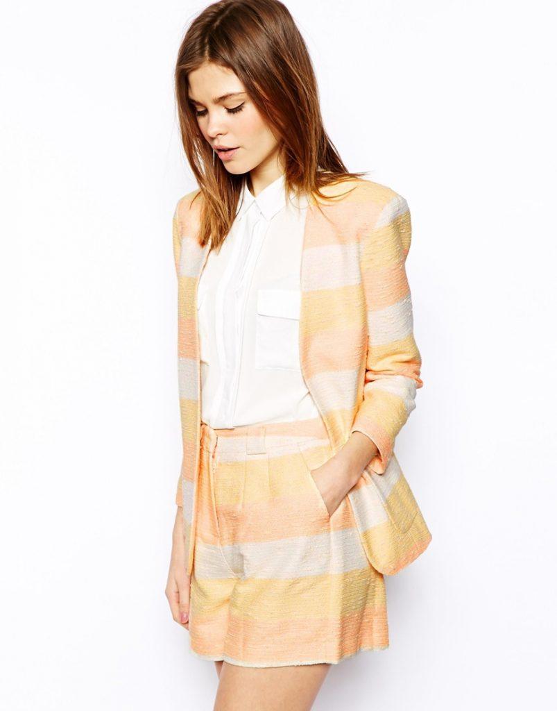 Легкие ткани пастельных тонов пиджака и шорт – лучший выбор для летнего ансамбля юной леди