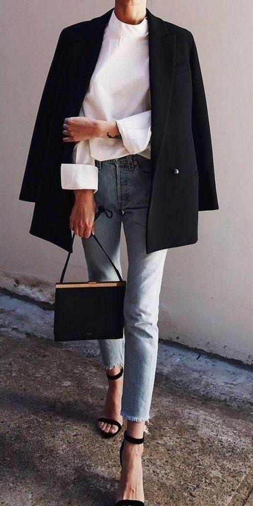 Офисный стиль без дресс-кода - строгий черный пиджак и светлые укороченные джинсы