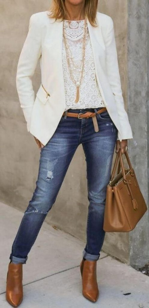Классические синие джинсы с белым пиджаком и бежевыми аксессуарами – стильный лук для работы в офисе