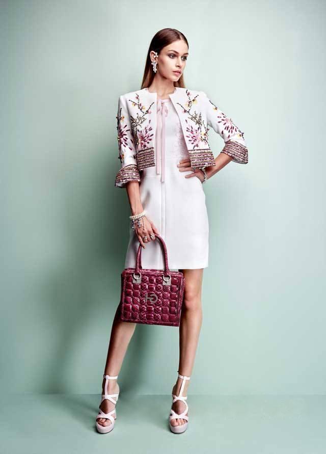 Эффектный вечерний образ – платье одного цвета с пиджаком болеро, расшитым флористическими узорами и пайетками