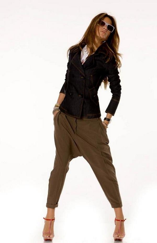 Фасоны брюк и пиджака должны сочетаться по стилю, чтобы не создавать визуальный диссонанс в восприятии образа