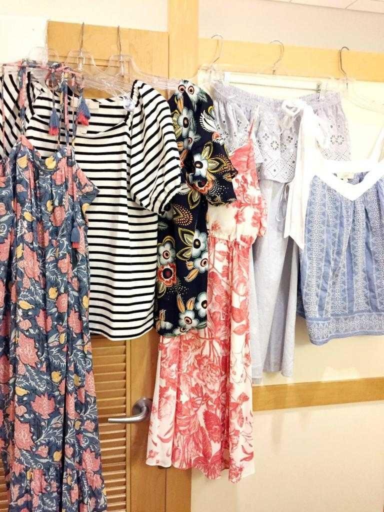 В разновидности стиля лофт появляются более яркие оттенки, платья, сарафаны имеют прямой крой, скрывающий фигуру