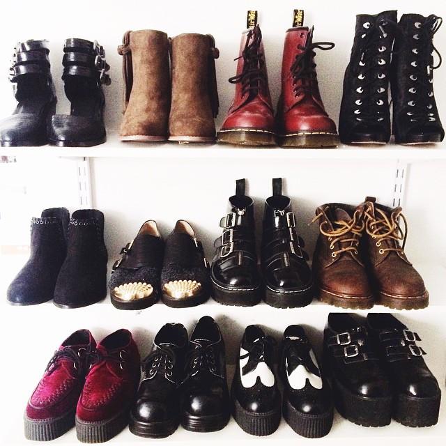 Обувь в стиле гранж отличают толстая подошва, грубые шнуровка и пряжки, объем и некая брутальность