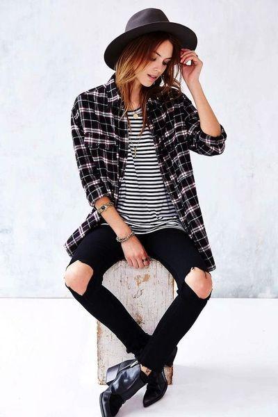 Мужская шляпа, узкие черные джинсы с дырами на коленях и клетчатая сорочка – классический аутфит в стиле гранж