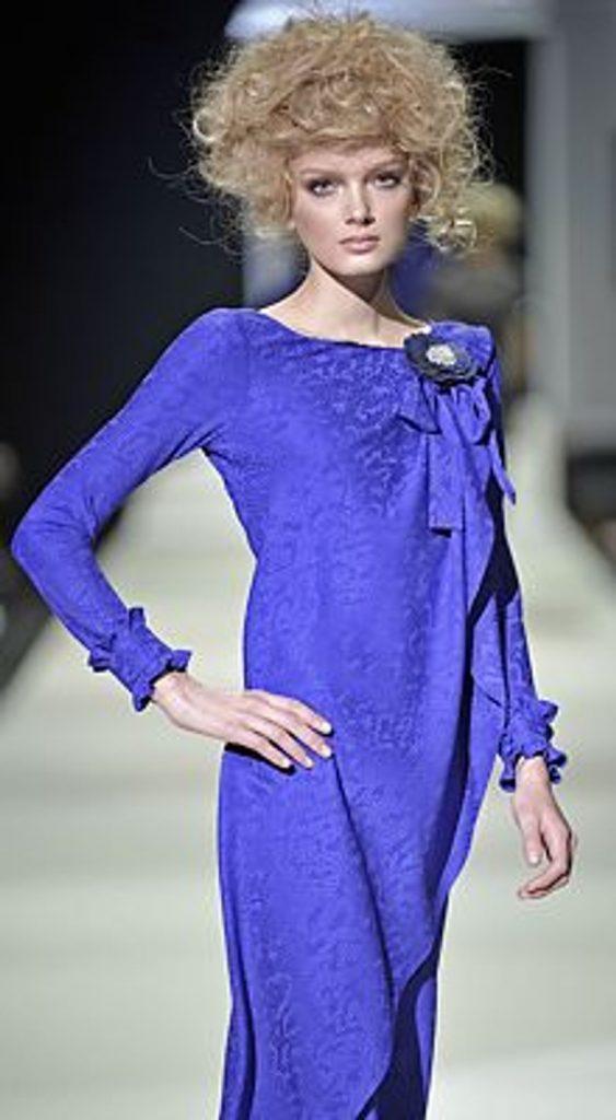 Холодные оттенки синего – выбор леди зрелого возраста