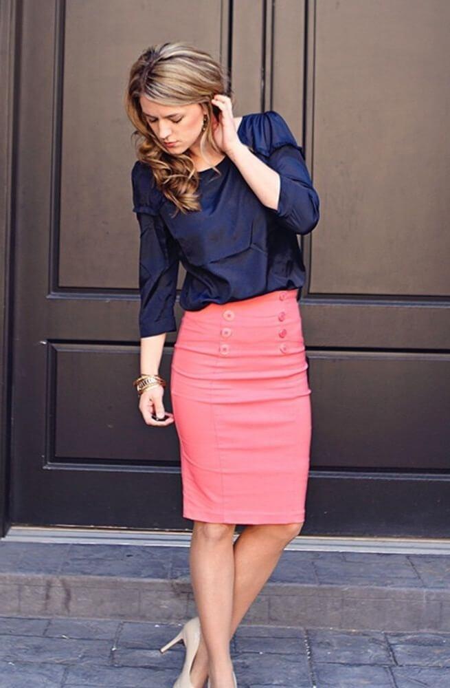 Стильный деловой аутфит – темно-синяя блузка и юбка-карандаш лососевого цвета