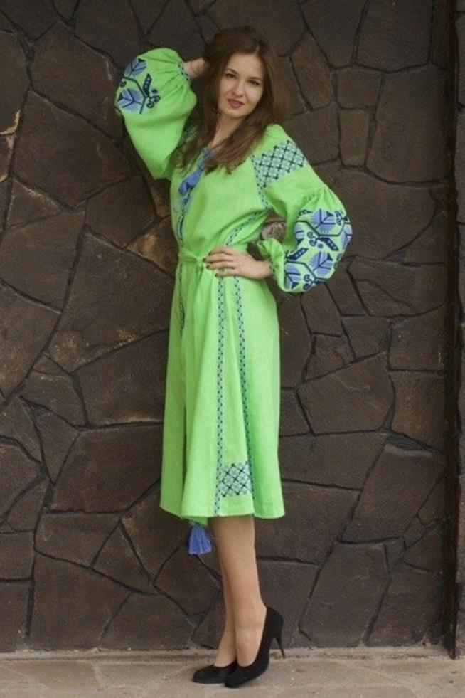 Свежо и нежно выглядит льняное салатовое платье с светло-синими узорами