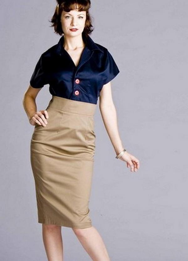 Светло-бежевая юбка-карандаш и кобальтовая блузка с коротким рукавом – стильный аутфит в деловом стиле