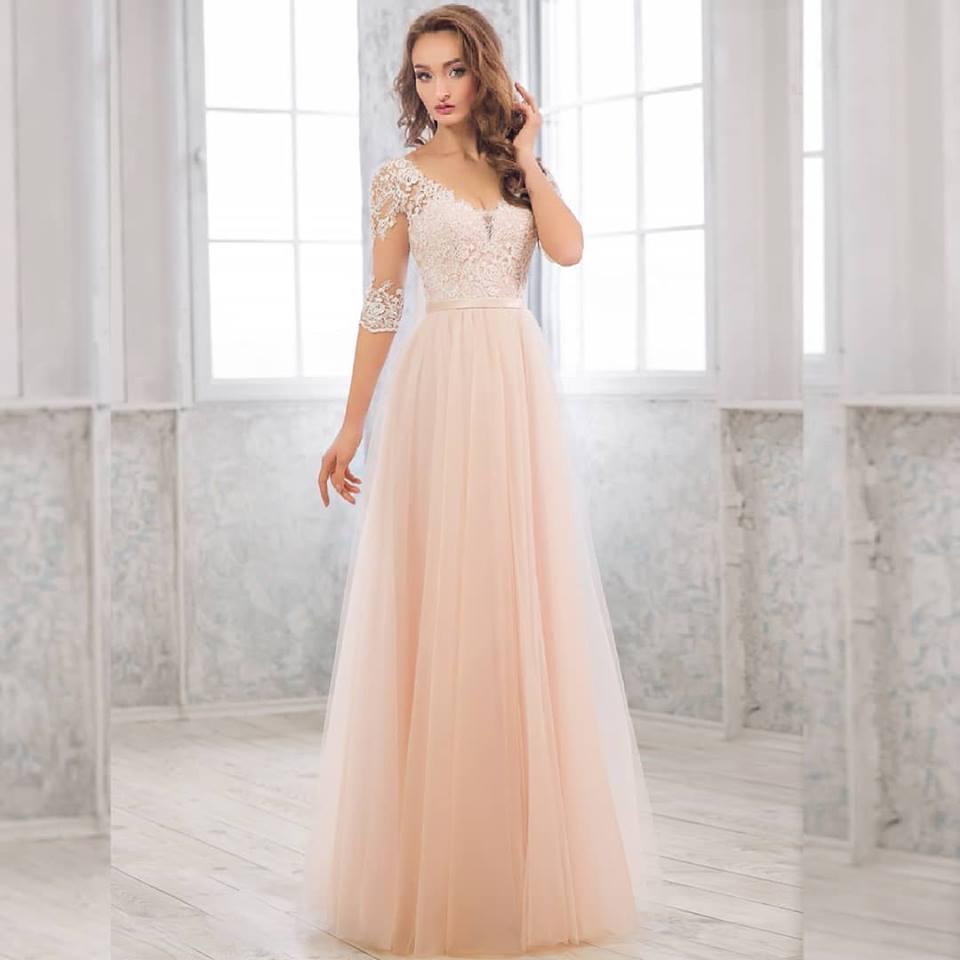 Персиковое вечернее платье поможет шатенкам с нежной кожей создать романтичный и элегантный торжественный лук