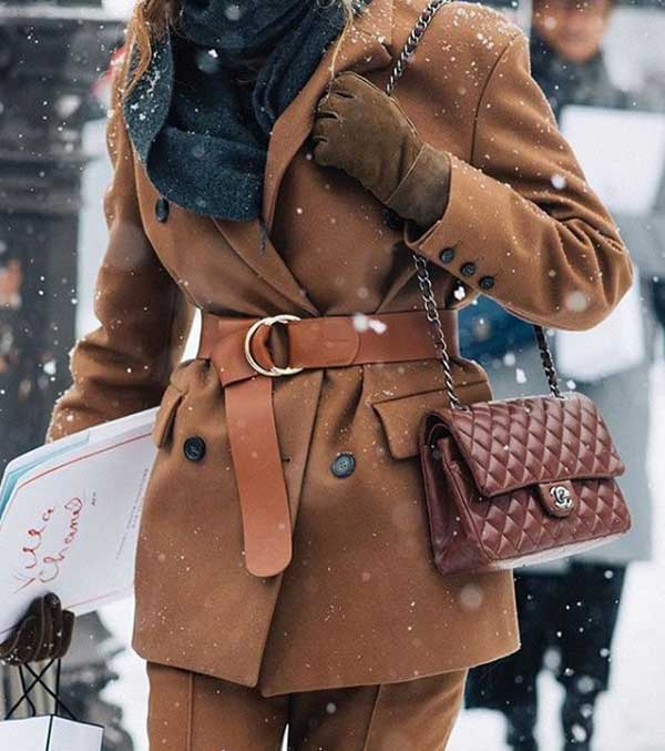 Пояс на коричневом пальто-пиджаке подчеркнет вашу талию.