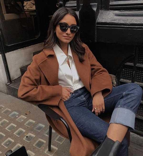 Джинсы, рубашка и пальто — стильно и в духе кэжуал.