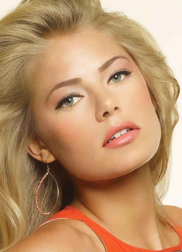 Несмотря на холодный оттенок блонда в лице девушки прослеживаются теплые персиковые нотки.