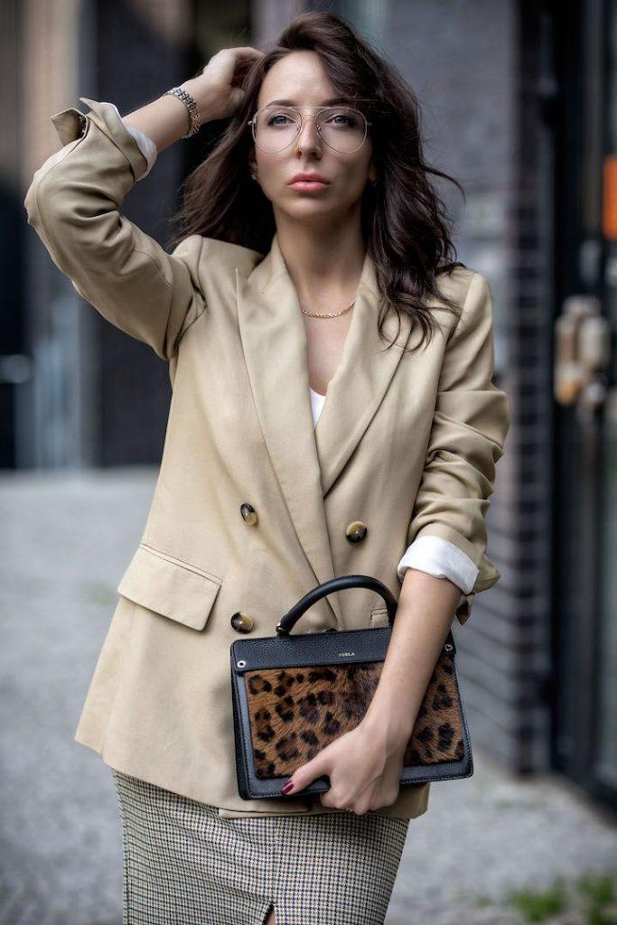 Животный принт на сумочке делает ее выразительным акцентом.