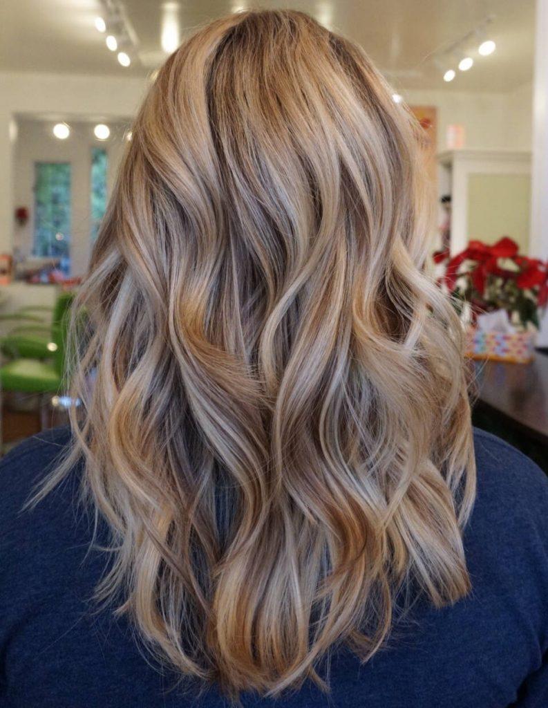 Колорирование выполняют как на темных, так и на светлых волосах.