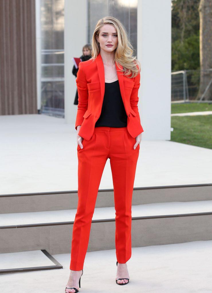 Красный брючный костюм отлично «сидит» на блондинках.
