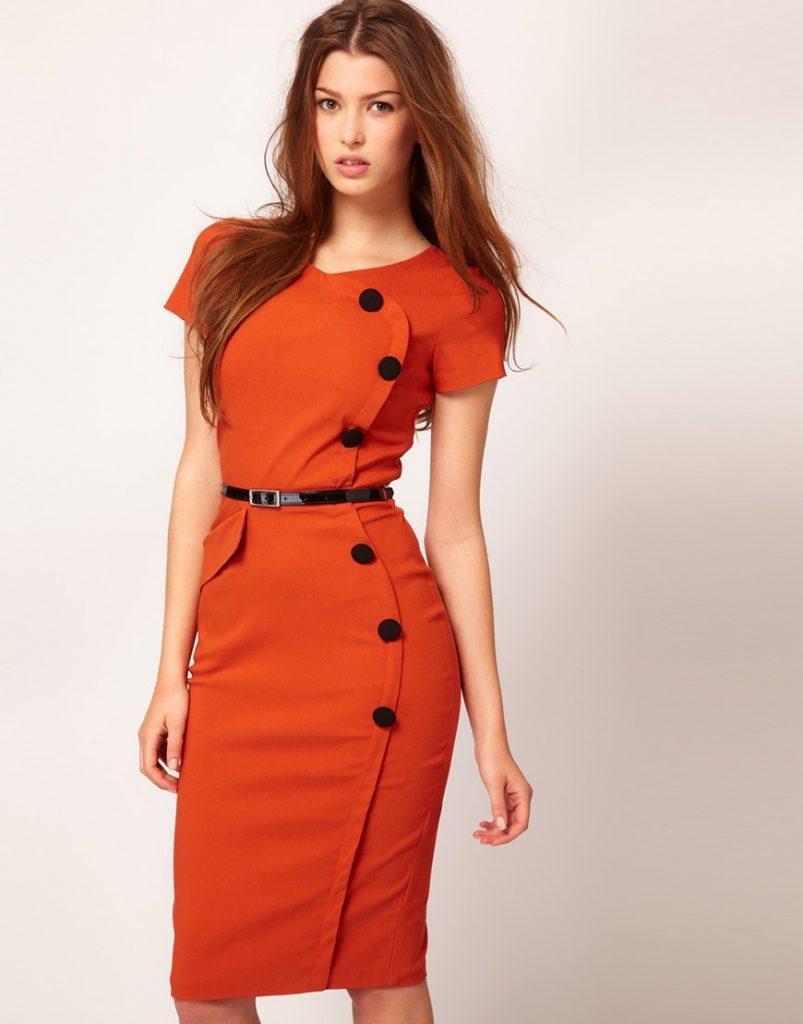 Силуэтное платье в морковном оттенке можно надеть на деловую встречу.