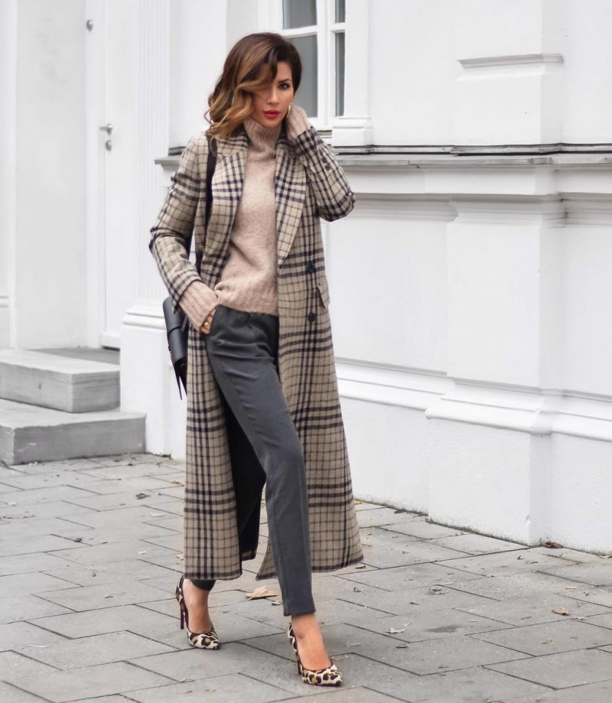 Примерьте темно-серые джинсы, бежевый свитер и длинное клетчатое пальто.