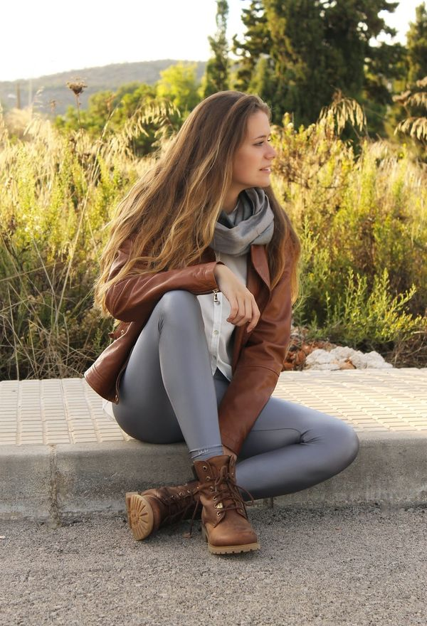 Из белого, серого и коричневого получаются стильные образы кэжуал.