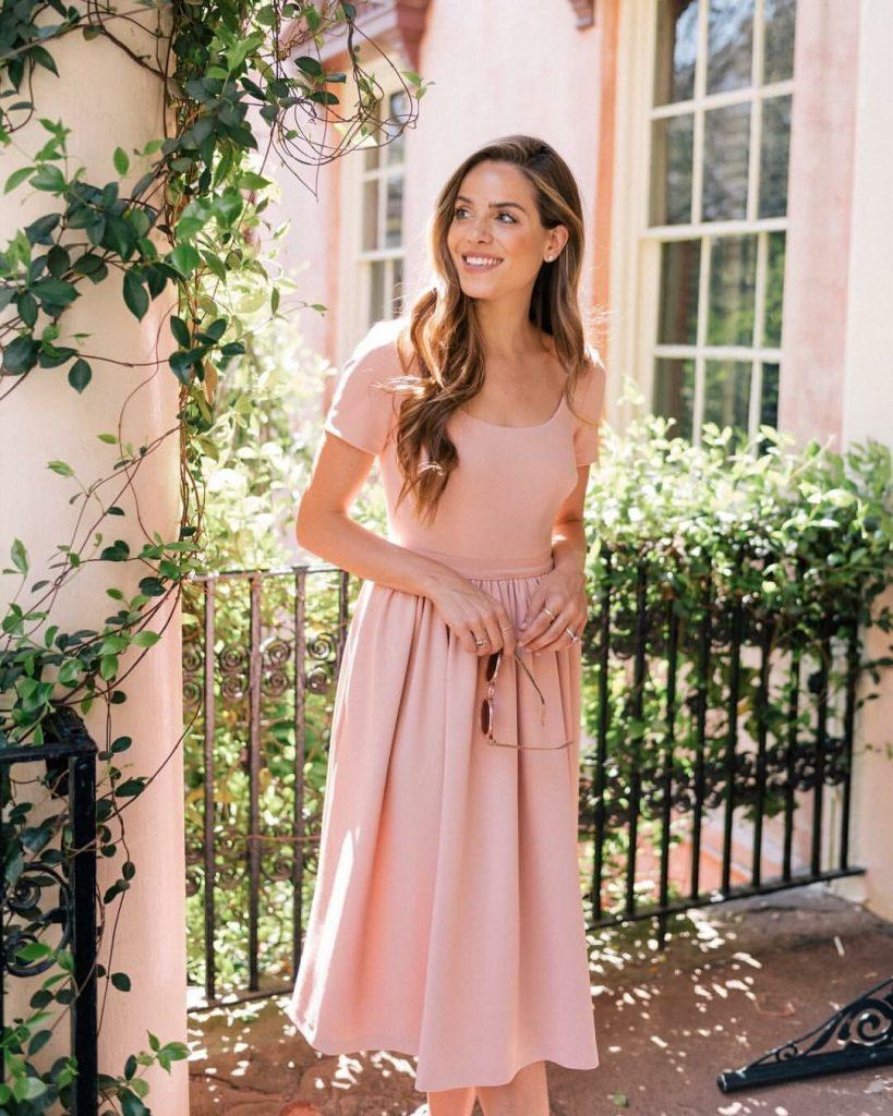 Для лета присмотрите красивое нюдовое платье.