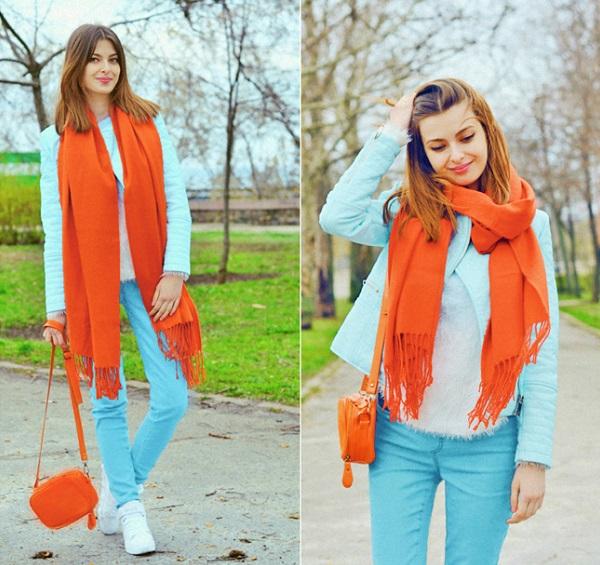 Красно-оранжевый шарф и сумочка — яркий акцент образа.