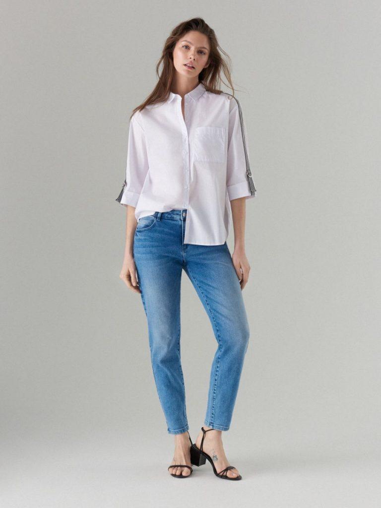 Рубашка, заправленная с одной стороны, — яркий тренд сезона.