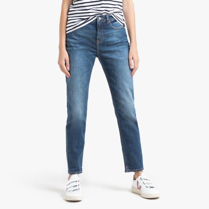 Сочетайте высокие джинсы с кофтой в полоску.