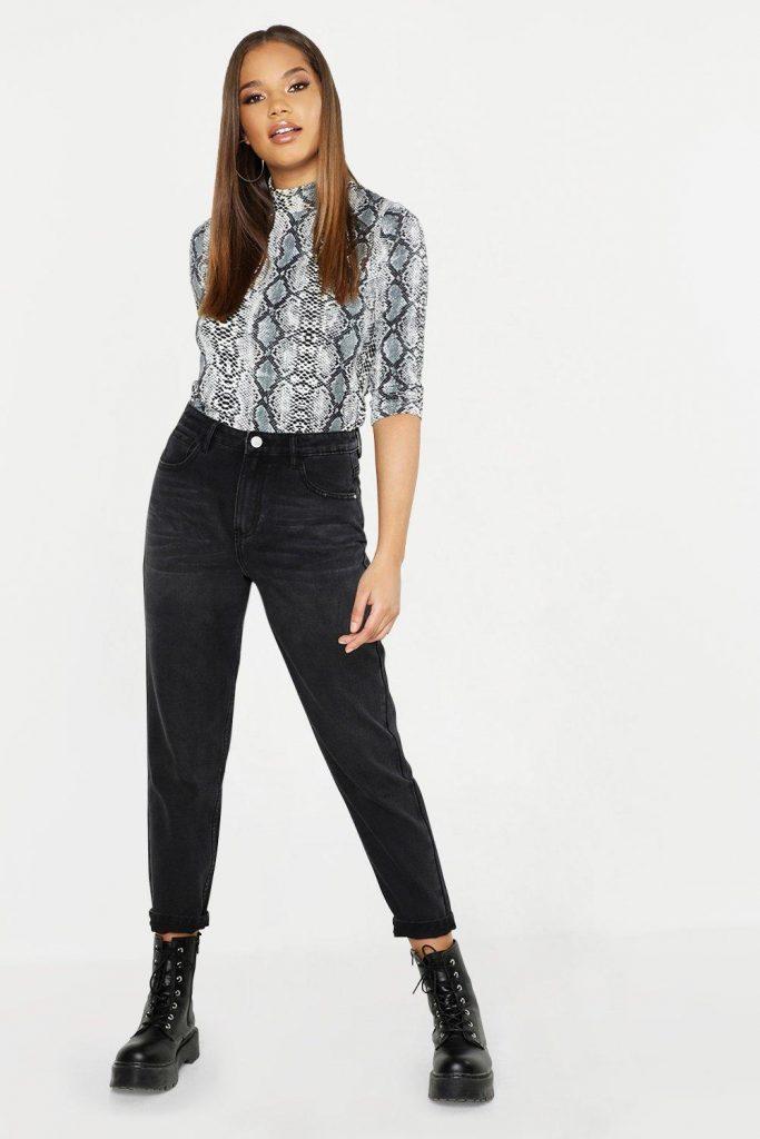 Черные джинсы с высокой посадкой, ботинки на шнуровке и кофта с анималистичным принтом — тренды сезона.