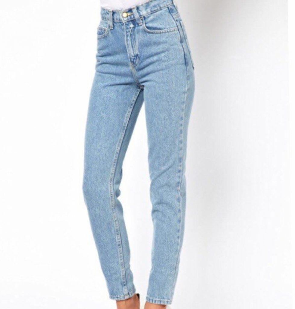 Голубые джинсы — отличное решение для лета.