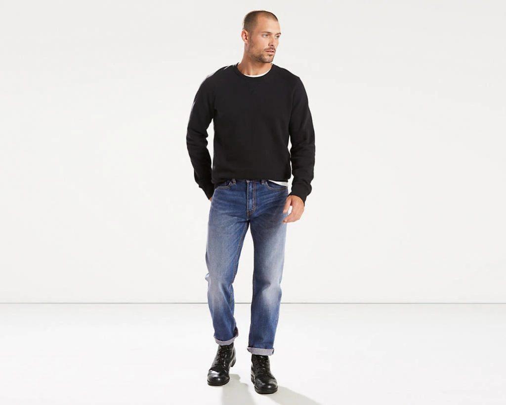 Пуловер и джинсы — лаконично и стильно.