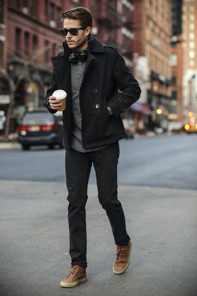 В холодное время года джинсы отлично смотрятся с пальто-пиджаком.