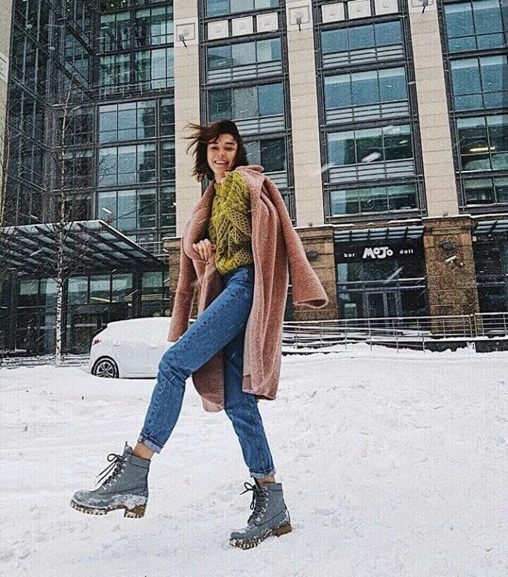 Ботинки на шнуровке, джинсы, свитер и пальто — идея зимнего образа.